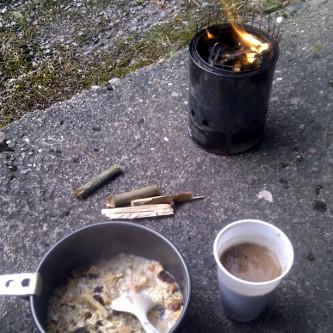 Frühstück auf dem Querweg. Eine Tür, ein Fenster mit Aussicht, ein Vordach zum Kochen: eine angenehme Nacht, ein angehmer Morgen.